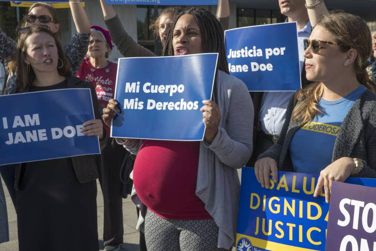 Teen in immigration detention takes abortion fight to full appeals court