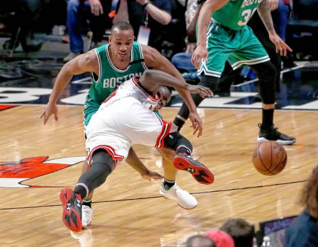 Bulls' Rondo breaks his thumb