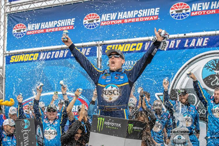Bump-and-run helps Harvick get past Busch for victory at NHMS