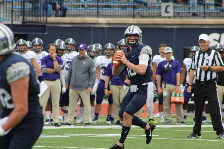 Knight S Return Sparks Unh Football Past Holy Cross For First Win